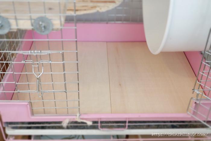 金属製のメッシュすのこの上に敷いている手作りの床板