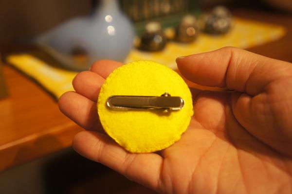 MORUSUPER-7Mのモルモット雑貨作家めめさんのお帽子 裏側には丸みのあるピンが留めてあります