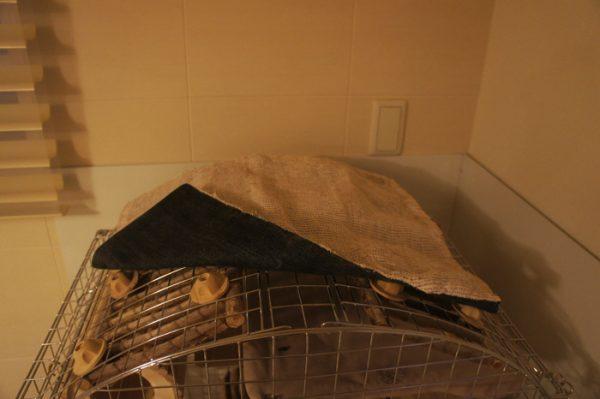 チンチラのティモのケージ 屋根カバーのいたずら防止対策 裏面にデニムを縫い付けてみました