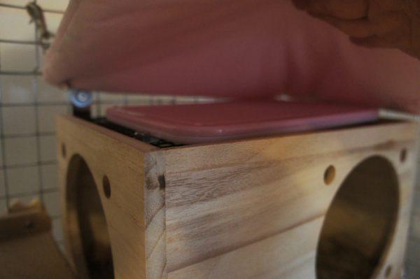 チンチラのティモの遊び用の巣箱の上に乗せているマルカンさんのリバーシブルヒーターMサイズ